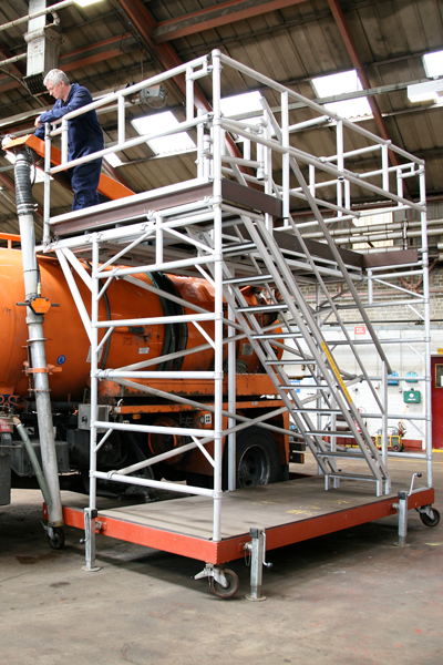 Access platform for maintenance of drain clearance vehicle