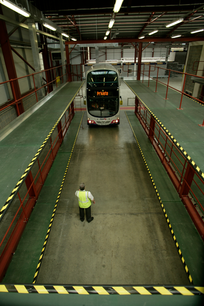 Fixed access platform for bus maintenance and cleaning